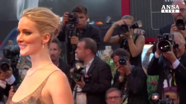 Jennifer Lawrence incanta in abito di veli e tulle